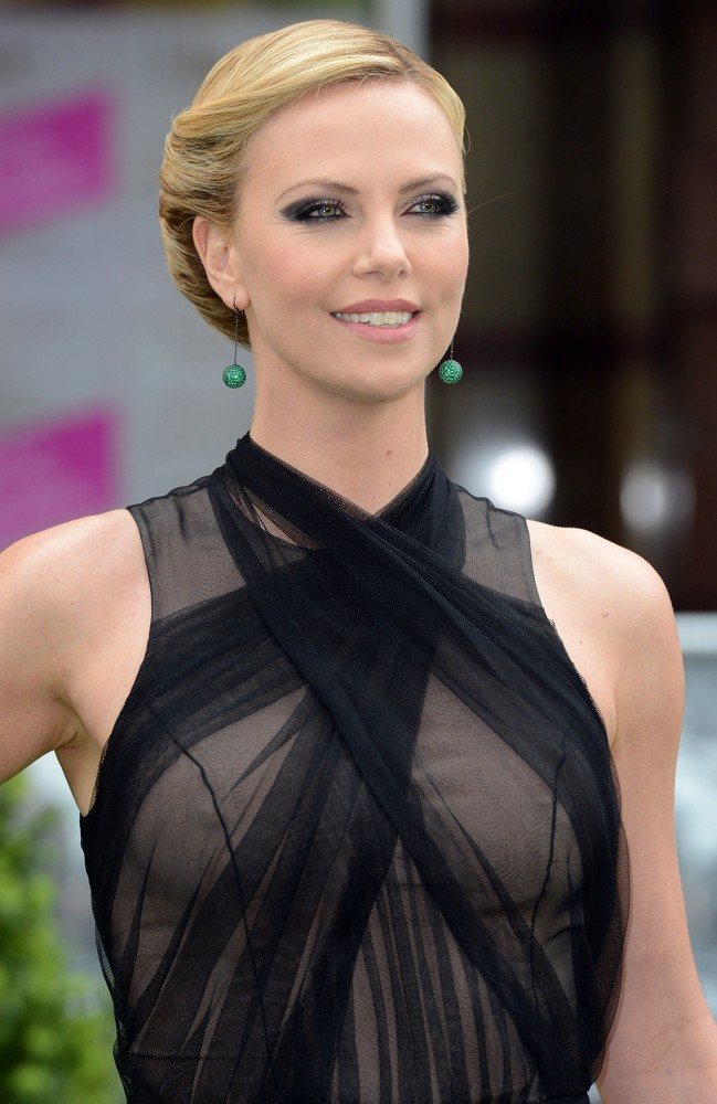 charlize-theron-uk-premiere-snow-white-and-the-huntsman